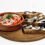 Тюлька на ржаных тостах с помидорным салатом