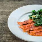 Малосольный лосось с салатом