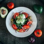 Домашний салат с авокадо и помидорами